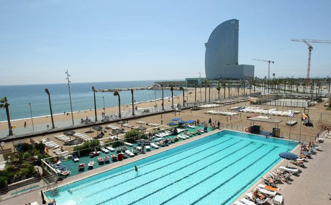 La piscina de agua salada del club de nataci n de for Inconvenientes piscinas agua salada