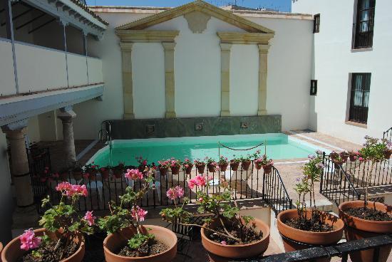 Un hotel con encanto en pleno barrio jud o cordob s dive for Hotel con piscina en cordoba