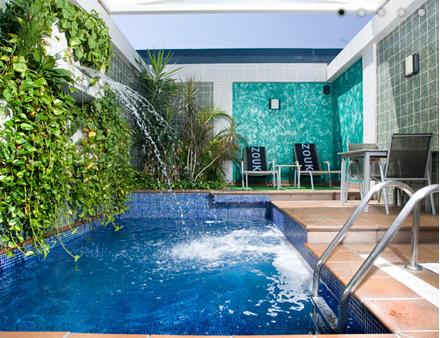 Hoteles con piscina en la habitaci n dive in by abrisud for Hotel piscina habitacion