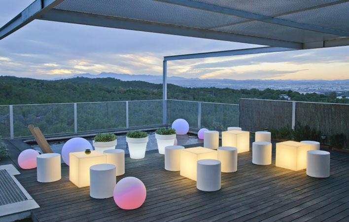 Da un toque de luz al jard n y disfruta tu piscina a la - Muebles chill out exterior ...